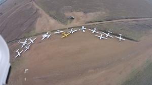 Alle Flugzeuge auf dem Parkplatz in der Serengeti